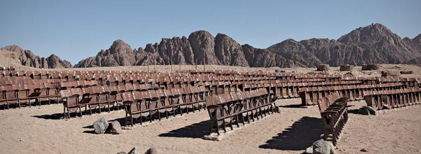 Opuštěné kino na konci světa v Sinajské poušti