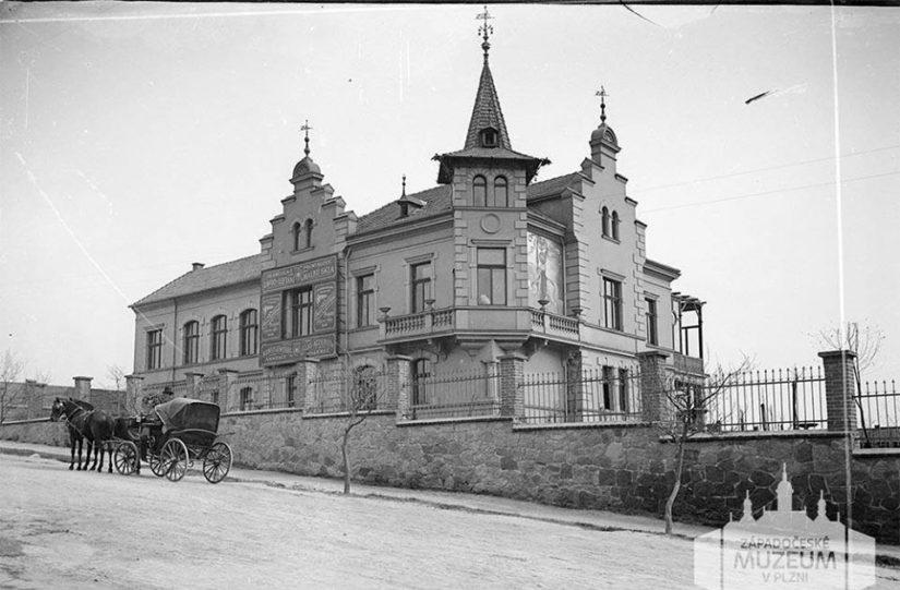 Snímek Čeňka Hrbka z doby kolem roku 1900, na němž zachytil tehdy novou vilu podnikatele Františka Rehwalda na Letné u silnice do Rokycan