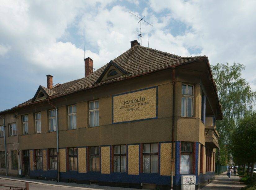 Vila Josefa Koláře s výraznou reklamou na jím dodávanou stavební keramiku, 25.5.2019